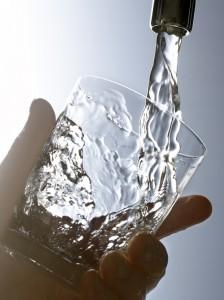Remplir un verre d'eau du robinet